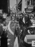 Giants Player Willie Mays Riding in Parade Prior to Opening Game Premium-Fotodruck von Leonard Mccombe