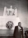 Reverend Martin Luther King Jr. at Lincoln Memorial Premium fotografisk trykk av Paul Schutzer
