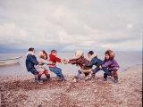 Native Alaskan Children at Play Lámina fotográfica de primera calidad por Ralph Crane