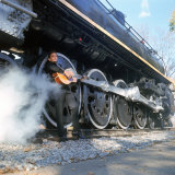 Johnny Cash à la guitare près des roues d'un train à vapeur, chanteur de Country/Western Reproduction photographique sur papier de qualité par Michael Rougier