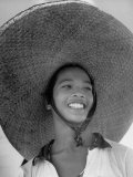 Caroline Native Boy Wearing Huge Straw Hat Made of Pandanus Fiber Reproduction photographique sur papier de qualité par Eliot Elisofon