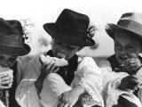 Children in Traditional Costumes Eating Bread Reproduction photographique sur papier de qualité