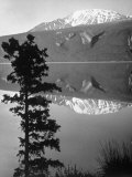 Lake Kluane with Snow-Capped Mountains Reflected in Lake Reproduction photographique sur papier de qualité par J. R. Eyerman