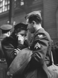Soldier Consoling Wife as He Says Goodbye at Penn Station before Returning to Duty, WWII Premium fotoprint van Alfred Eisenstaedt