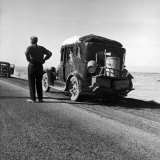 Oakie Family Stalled on Desolate Track of Highway in Desert in Southern California Fotografisk tryk af Dorothea Lange