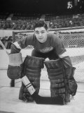 Terry Sawchuck, Star Goalie for the Detroit Red Wings, Posing in Front of Goal at Ice Arena Premium fototryk af Alfred Eisenstaedt