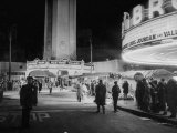 Fans Gathering around the Thearters for the New Premiere Photographie par Peter Stackpole
