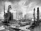 Exterior of Humble Oil Refinery Fotografie-Druck von Dmitri Kessel