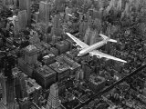 Douglas 4 Flying over Manhattan Fotoprint van Margaret Bourke-White