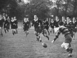 American Rhodes Scholar Peter Dawkins Playing Rugby with Fellow Oxford Univ. Students Reproduction photographique sur papier de qualité