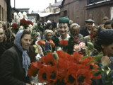 Dior Models in Soviet Union for Officially Sanctioned Fashion Show Visiting Open Air Flower Market Reproduction photographique sur papier de qualité