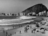 Brazilian Residents Relaxing at the Copacabana Beach Premium-Fotodruck