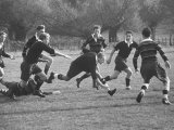 Rhodes Scholar Peter Dawkins of the Us Playing Rugby with Oxford Univ. Students Reproduction photographique sur papier de qualité