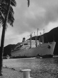 "American Matson Line Cruiser ""Mariposa"" Arriving in Pago Pago Premium Photographic Print by Carl Mydans"