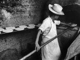 Communal Bakery in Primitive Mexican Village, Loaves of Bread Being Shoved into Adobe Oven Reproduction photographique sur papier de qualité