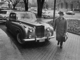Chief of Protocol Wiley T. Buchanan Jr. Walking by a Bentley Reproduction photographique sur papier de qualité par Ed Clark