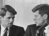 Senators Robert and John F. Kennedy, During a Senate Comm. Hearing Regarding the Kohler Strike Fotografie-Druck von Ed Clark