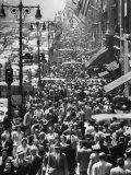 Crowds on Midtown Stretch of Fifth Avenue at Lunch Hour Fotografie-Druck von Andreas Feininger