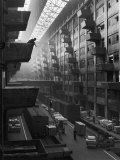 At Brooklyn Army Base Freight Is Lifted from Car to Jutting Loading Platforms Premium-Fotodruck von Andreas Feininger