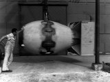 Workman Standing Next to Atomic Bomb Number 2, Nicknamed Fat Man, Hours before its Deployment Stampa fotografica Premium