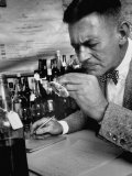Man Tasting Different Wines Reproduction photographique sur papier de qualité
