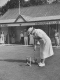 Playing Croquet, at Croquet Club Reproduction photographique sur papier de qualité par John Dominis