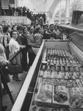 Crowds Checking Out Frozen Foods at the Us Exhibit, During the Poznan Fair Premium Photographic Print by Lisa Larsen