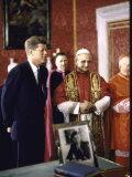 US Pres. Kennedy Meeting with Newly Crowned Pope Paul VI in the Pontiff's Library Premium fotografisk trykk av John Dominis