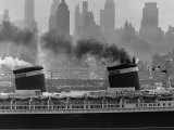 S.S. United States Sailing in New York Harbor Fotografie-Druck von Andreas Feininger