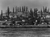 Oil Wells on Signal Hill, California. 1947 Reproduction photographique sur papier de qualit&#233; par Andreas Feininger