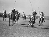 Men Playing Polo Photographie par Carl Mydans