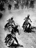 Riders Enjoying Motorcycle Racing Fototryk i høj kvalitet af Loomis Dean