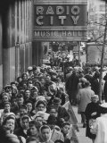 Crowds of People Waiting to See Radio City Music Hall's Easter Show Photographie par Yale Joel