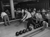 People Bowling at the Mcculloch Motors Recreation Building Reproduction photographique sur papier de qualité par J. R. Eyerman