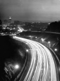 Los Angeles Traffic Traveling at Night Fotografisk tryk af Loomis Dean