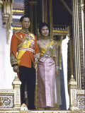 Thailand's King Bhumibol Adulyadej with Wife, Queen Sirikit at the Palace Reproduction sur métal par John Dominis