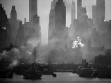 Smoggy Waterfront Skyline of New York City as Seen from the Shores of New Jersey Papier Photo par Andreas Feininger