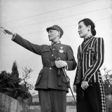 Generalissimo Chiang Kai-Shek Pointing Something Out to His Wife Lámina fotográfica por Carl Mydans