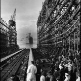 """Shipyard Workers Watching as the """"Bethlehem Fairchild"""" Launches into the Water Lámina fotográfica"""