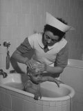 Woman Giving a Baby a Bath at a Nursery Reproduction photographique sur papier de qualit&#233;