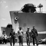 Workers Leaving the Sun Shipbuilding and Drydock Co. Shipyards Lámina fotográfica
