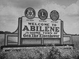 Highway Sign Welcoming Tourists to the Home Town of General Dwight D. Eisenhower Premium-Fotodruck von Myron Davis