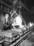 Worker Pouring Hot Steel into Molds at Auto Manufacturing Plant Reproduction photographique sur papier de qualit&#233; par Ralph Morse