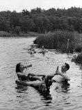 Couple Drinking Beer at Inner Tube Floating Party on the Apple River Fotografisk tryk af Alfred Eisenstaedt