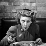 Woman Eating Spaghetti in Restaurant. No.5 of Sequence of 6 Fotoprint van Alfred Eisenstaedt