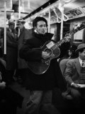 Folk Singer Woody Guthrie Singing Aboard a Subway Train Reproduction photographique sur papier de qualité
