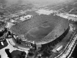 An Aerial View of the Los Angeles Coliseum Premium fotografisk trykk av J. R. Eyerman