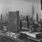 Sky Shot of the Un Headquaters and the Empire State Building Photographie par Dmitri Kessel