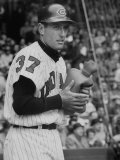 Cleveland Indians Jimmy Piersall Warming His Hands with a Hot Water Bottle before Going to Bat Reproduction photographique sur papier de qualité