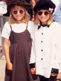 "Twin Actresses Mary Kate and Ashley Olsen at the Film Premiere of ""Alaska"" Lámina fotográfica de primera calidad por Mirek Towski"